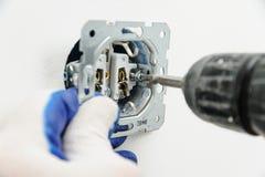 Elektrikeren installerar elektriskt uttag Arkivfoto