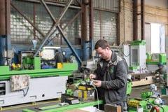 Elektrikeren monterar elektriska enheter Royaltyfri Bild
