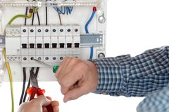 Elektrikeren reparerar en elektrisk str?mkrets arkivfoto