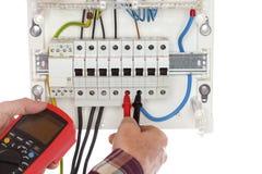 Elektrikeren testar elektriska apparater royaltyfri bild