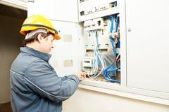 elektrikerenergi som installerar räkneverksparande Royaltyfri Bild