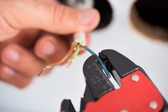 Elektrikerhände, die Drähte abstreifen Lizenzfreie Stockfotografie