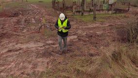 Elektrikeringenieur, der Tablette nahe elektrischen Kabeln verwendet stock footage
