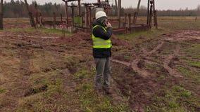 Elektrikeringenieur, der am Telefon nahe elektrischer Nebenstelle spricht stock video