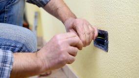 Elektrikertechniker bei der Arbeit über ein Wohnstromsystem Baugewerbe stock video