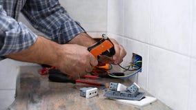 Elektrikertechniker bei der Arbeit ?ber ein Wohnstromsystem Baugewerbe stock video