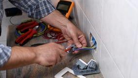 Elektrikertechniker bei der Arbeit ?ber ein Wohnstromsystem Baugewerbe stock video footage