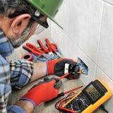 Elektrikertechniker, der sicher an einem elektrischen Wohnsystem arbeitet stockbilder