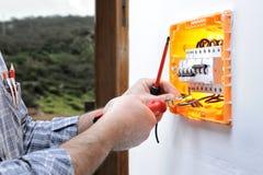 Elektrikertechniker repariert die elektrische Platte eines Wohnsystems lizenzfreie stockfotografie