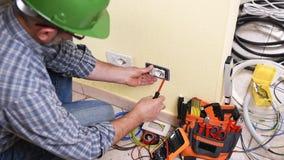 Elektrikertekniker på arbete på ett bostads- elektriskt system Konstruktionsbransch stock video