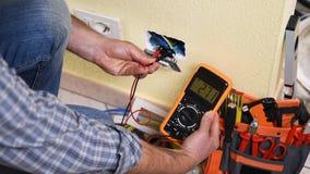 Elektrikertekniker på arbete på ett bostads- elektriskt system Konstruktionsbransch arkivfilmer