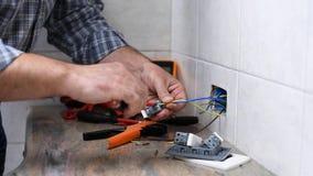 Elektrikertekniker p? arbete p? ett bostads- elektriskt system Konstruktionsbransch stock video