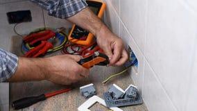 Elektrikertekniker p? arbete p? ett bostads- elektriskt system Konstruktionsbransch lager videofilmer