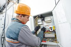 Elektrikerteknikerarbetare arkivbilder