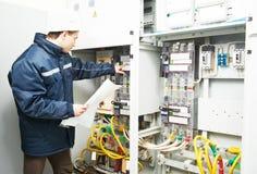 Elektrikerteknikerarbetare Arkivfoto