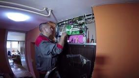 ElektrikerUpgrade New Electrical system i byggnad arkivfilmer