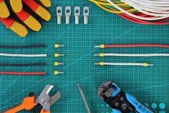 Elektrikerwerkzeug auf Draufsicht des grünen Substrates stockfotos