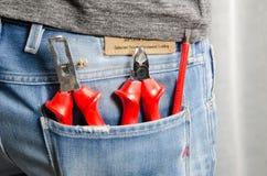 Elektrikerwerkzeuge in der Gesäßtasche Stockbild