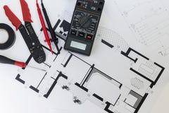 Elektrikerwerkzeuge, Instrumente und Projektentwurf stockfotos