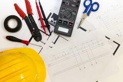 Elektrikerwerkzeuge, Instrumente und Projektentwurf stockfotografie