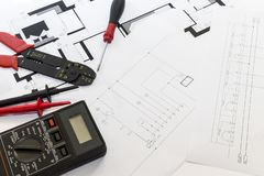 Elektrikerwerkzeuge, Instrumente und Projektentwurf lizenzfreie stockfotos