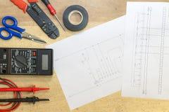 Elektrikerwerkzeuge, Instrumente und Projektentwurf lizenzfreies stockfoto
