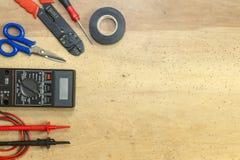 Elektrikerwerkzeuge, -komponenten und -instrumente auf einem hölzernen Hintergrund lizenzfreies stockfoto