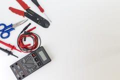 Elektrikerwerkzeuge, -komponenten und -instrumente auf einem weißen Hintergrund stockbild