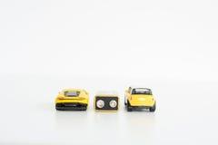 Elektrisch auto'sconcept met vele speelgoedvoertuigen op witte achtergrond Stock Afbeeldingen