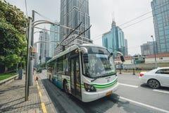 Elektrisch betriebener hybrider Bus in Shanghai, China stockbild