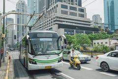 Elektrisch betriebener hybrider Bus in Shanghai, China lizenzfreie stockbilder