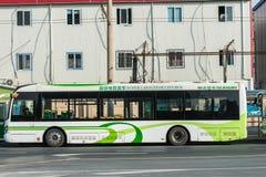 Elektrisch betriebener hybrider Bus von Shanghai-Porzellan stockbilder