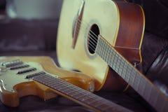 Elektrisch gegen akustisches lizenzfreie stockfotos
