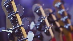 Elektrisch gitaarhoofd Koordinstrumenten Het asblok van de muziekgitaar stock video