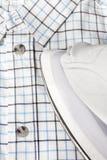 Elektrisch ijzer en geruit overhemd Royalty-vrije Stock Foto's