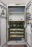 Elektrisch Kabinet binnen, met draden en verbindingen royalty-vrije stock afbeeldingen