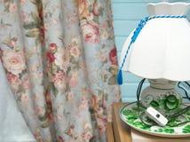 Elektrisch lamp en gordijn stock foto