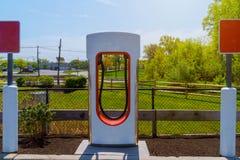 Elektrisch lud durch Ladestationen im Parkplatz auf lizenzfreies stockfoto