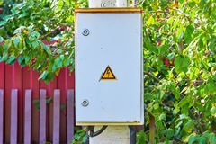 Elektrisch paneel op de grijze concrete pijler stock foto's