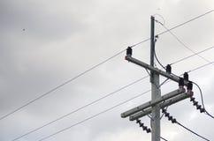elektrisch Polen und Stromleitungen stockfotos