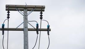 elektrisch Polen und Stromleitungen stockbilder