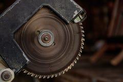 Elektrisch sah altes und mit kreisförmiger gezackter Diskette abgezogen für Holzarbeit Unschärfehintergrund, Nahaufnahme, Detail stockbilder