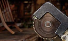 Elektrisch sah altes vom Stahl mit kreisförmiger gezackter Diskette für Holzarbeit Unschärfehintergrund, Nahaufnahme, Fahne lizenzfreie stockfotografie