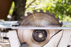 Elektrisch sah Tabellenwerkzeug für Holzarbeit mit freiem Raum stockfoto