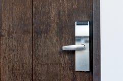 Elektrisch slot op een houten deur stock foto's
