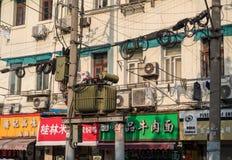 Elektrisch und Telefon verkabelnd auf Gebäudewänden in Shanghai China lizenzfreie stockfotos