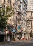 Elektrisch und Telefon verkabelnd auf Gebäudewänden in Shanghai China stockbild