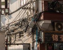 Elektrisch und Telefon verkabelnd auf Gebäudewänden in Shanghai China stockbilder