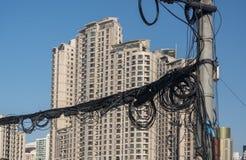 Elektrisch und Telefon verkabelnd auf Pfosten in Shanghai China stockbild