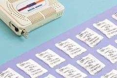 Elektrisch vochtigheidsabsorptievat tegenover zak van beschikbaar kiezelzuurgel Stock Foto